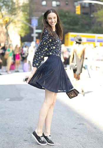 9 kiểu MixMatchmặc váy đi giày thể thao cho nàng cá tính !