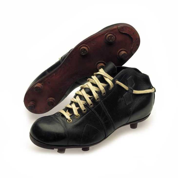 ATOM - Đôi giày bóng đá được sản xuất bởi PUMA vào năm 1948.