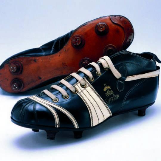 """Rudolf Dassler đã thành công khi kết hợp với các chuyên gia và huấn luyện viên quốc gia Sepp Herberger tạo nên một sản phẩm giày đinh có tên gọi """"SUPER ATOM"""", đánh dấu một bước ngoặt của PUMA trong lịch sử bóng đá"""